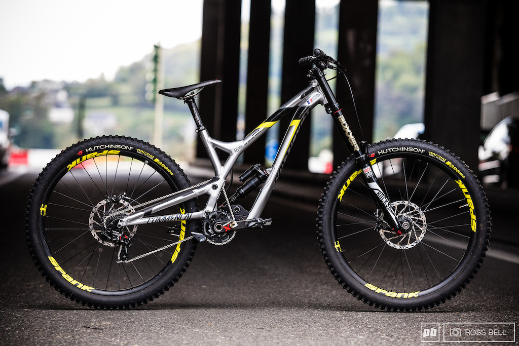 Myriam Nicole Commencal DH V4
