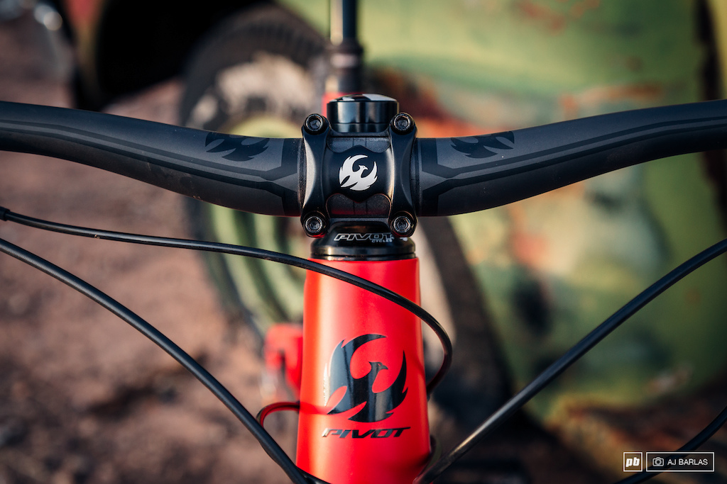 The Mach 5.5 comes with Pivot s Phoenix components. 35mm-diameter 50mm stem and carbon bar
