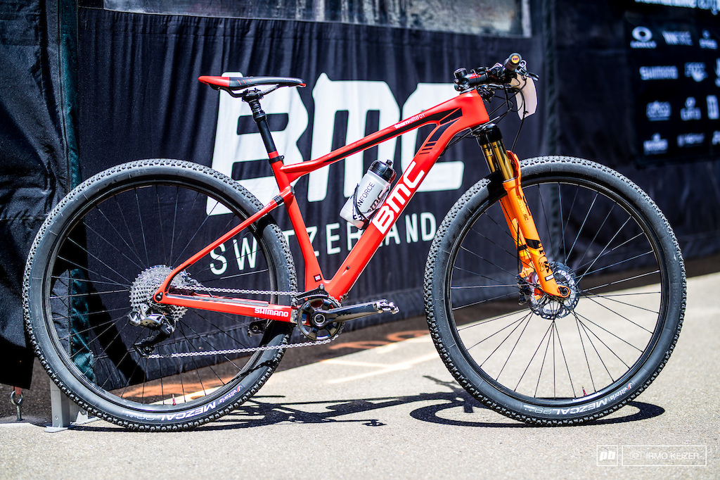 Reto Indergands BMC Teamelite 01 is equipped with Shimano s XTR Di2 with a 11-40 cassette. The frame provides the option to mount different elastomers to provide harder or softer compliance on its rear end. The Fox 32 Stepcast can be locked out on the handlebar via electronic lockout which draws its power from the Di2 battery.