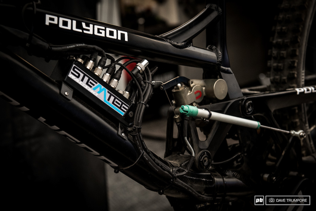 A very similar system to what we have seen Loic Bruni using for the past few years.