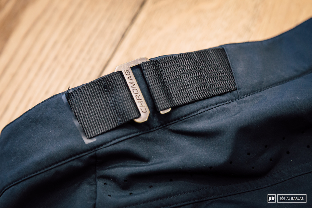 Chromag wanted to avoid the bunching created with many of the shorts currently on the market. This buckle system is their solution.