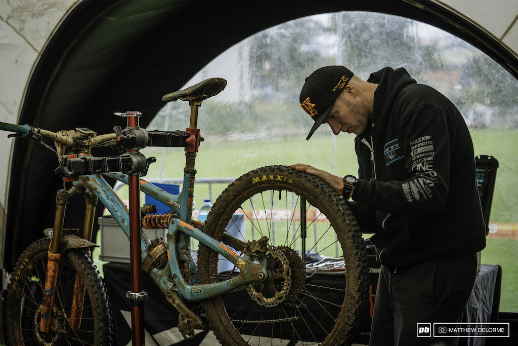 Shawn Huges goes over Richie Rude s bike one last time before stage nine.