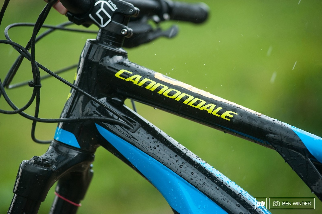 The Moterra keeps is straight with a 1.5 headtube. Cable routing is kept neat and internal.