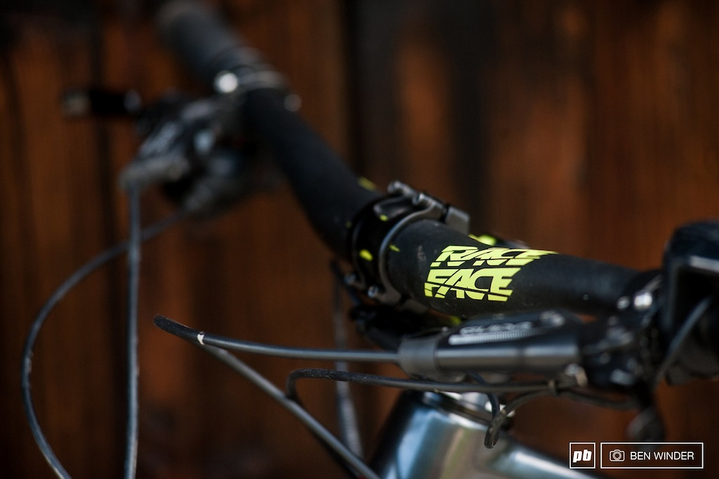 The 35mm RaceFace bar and stem setup is a sturdy choice.