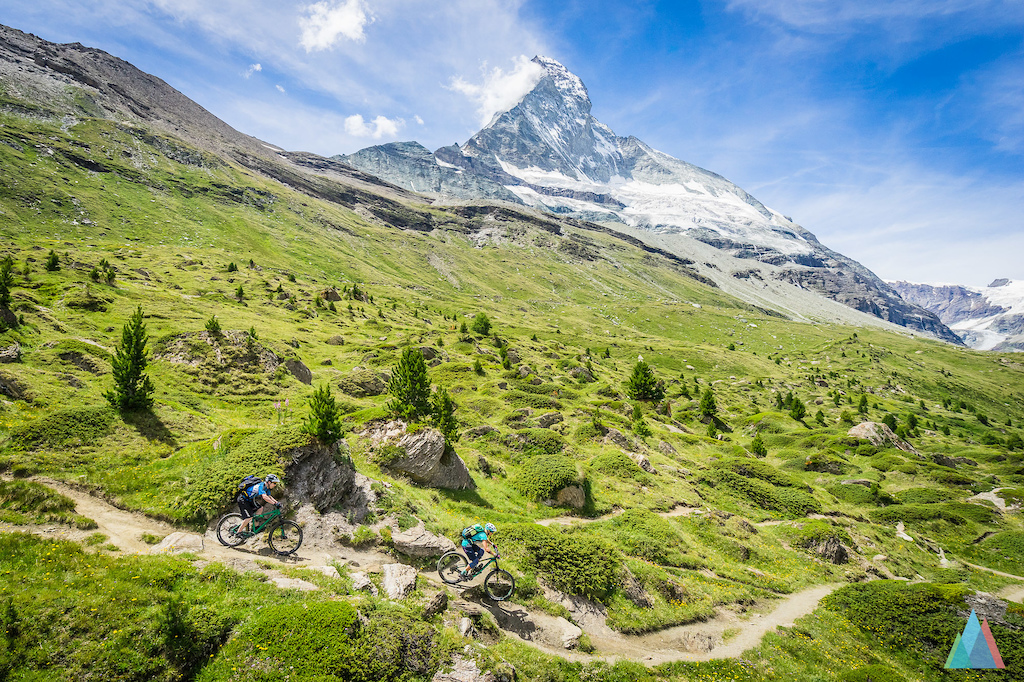Tina Gerber and Sven on a trail just under the picuresque Matterhorn in Zermatt - outsideisfree.ch
