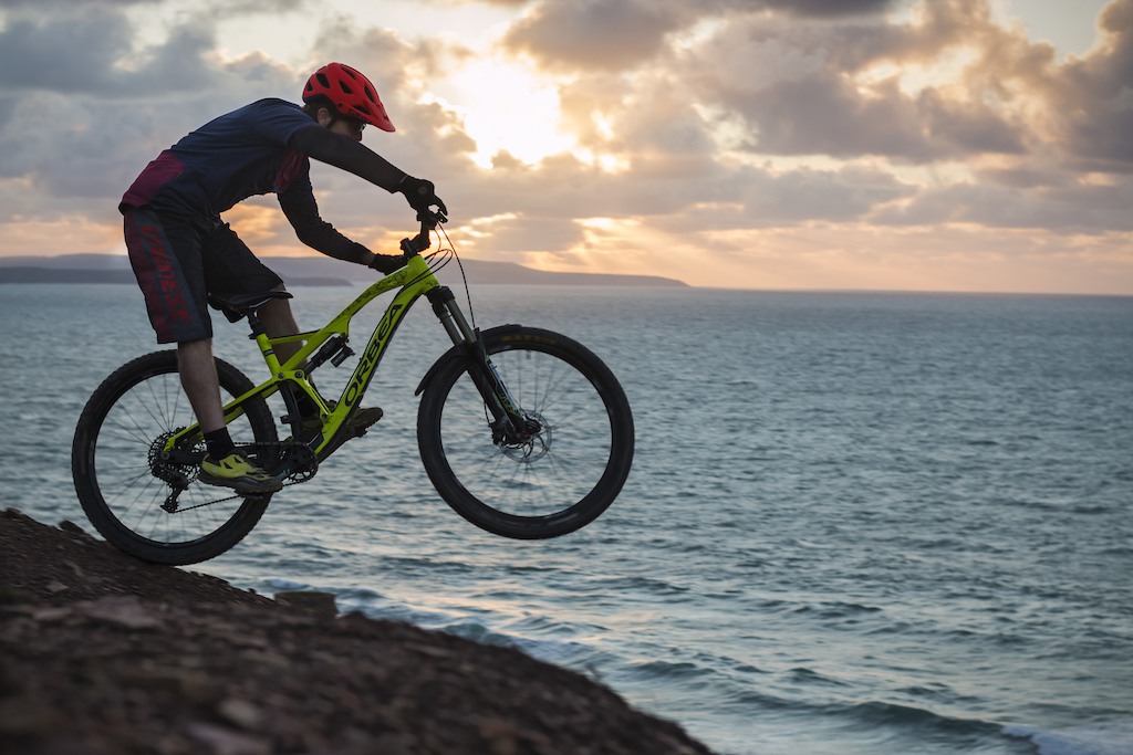 'Cornwall the land of legends'...and some mountainbiking, a ride and photoshoot along the rugged coastline with Andy Roberts. Surf and dramatic skies as your backdrop what a way to start your Tuesday night ride..Promoting Pearl Izumi and Rad8 MTB glasses, read more on Andys Blog  Orena45blog - Mountain Bike Blogging and Racing