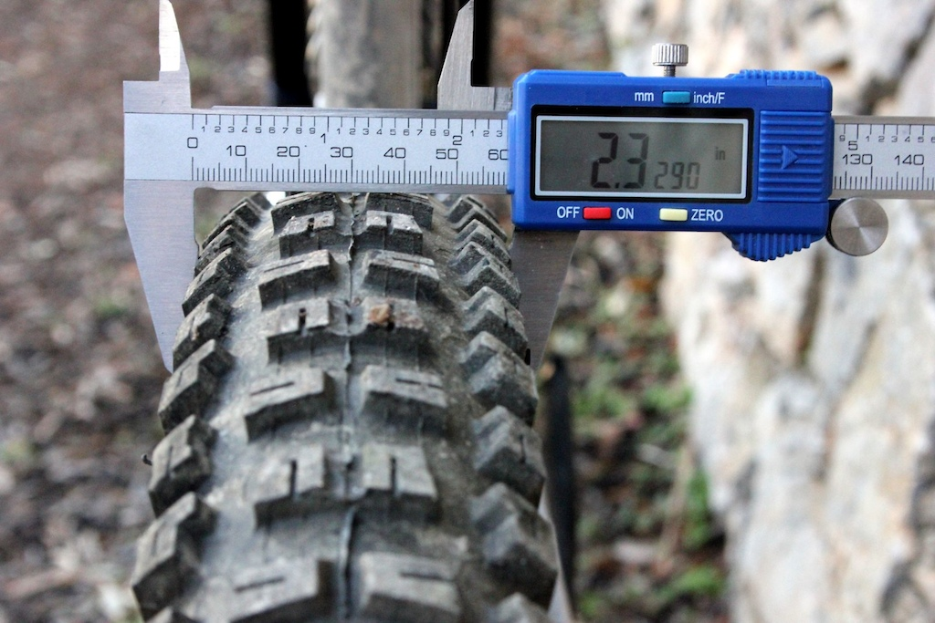 The Onza Aquila s carcass measures just under 2.4 on a 30mm internal width rim.