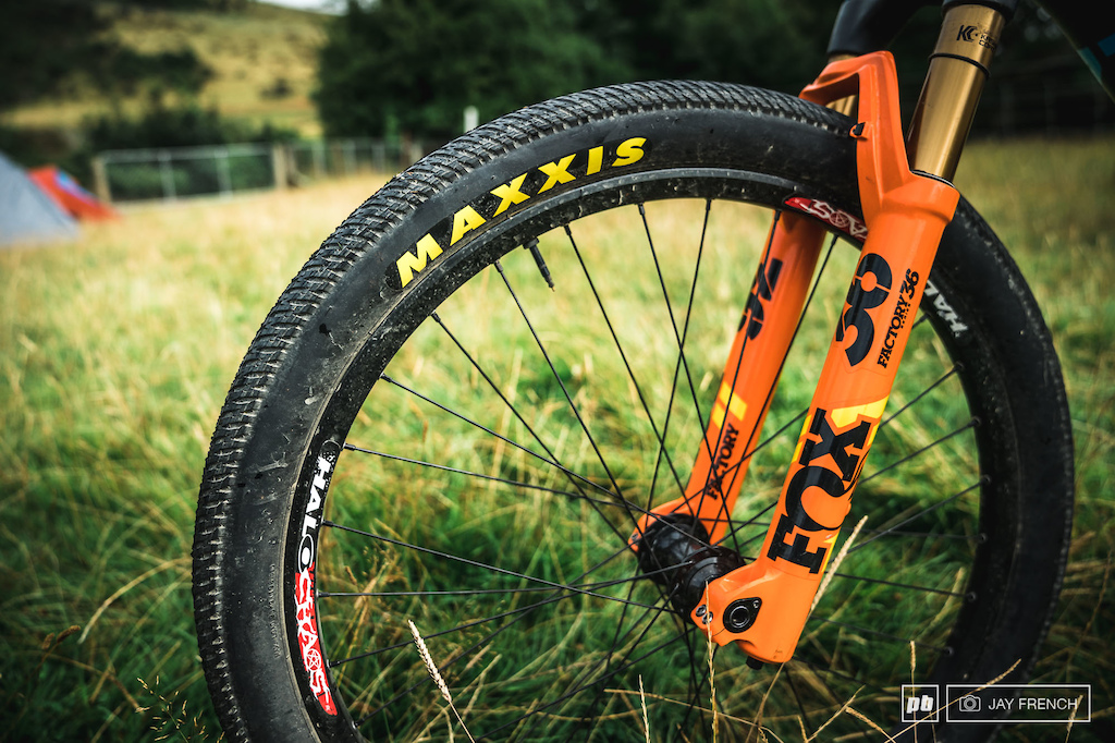 Maxxis DTH usally an Icon on the front but seeing he s riding peoples hand made jumps he wanted slicks not to do damage Tubeless 80psi front and rear Fox 36 831 forks 100mm with factory team orange.