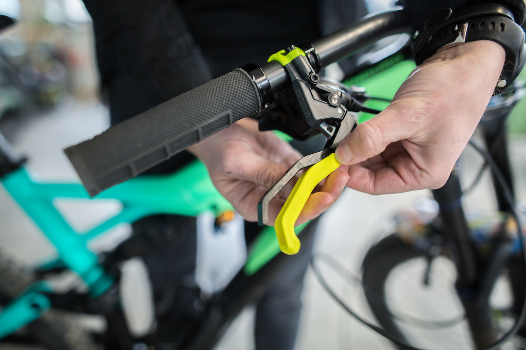 For the first tests MAGURA created fully working prototype levers made from aluminium combined with plastic lever outers. The shapes can be changed in seconds. Perfect to find the desired shape of later serial levers.