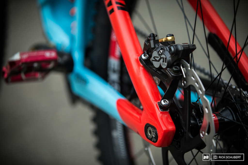 The braking system is provided by Shimano. Saint brakes with some 203mm disc are powerful workhorses