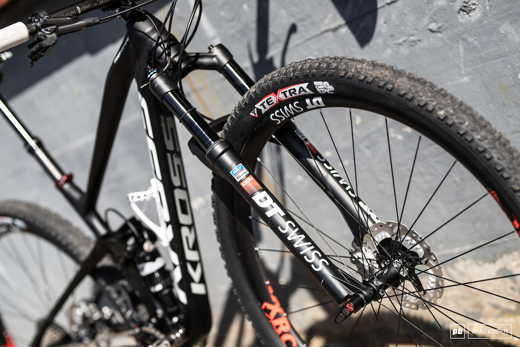 DT Swiss takes care of suspension with the DT Swiss OPM O.D.L 100 RACE up front and the R 414 damper on the back. Both can be locked from the handlebar with a single lever.