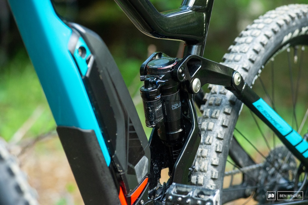 A trunnion-mounted RockShox Super Deluxe takes care of the 165mm of rear travel