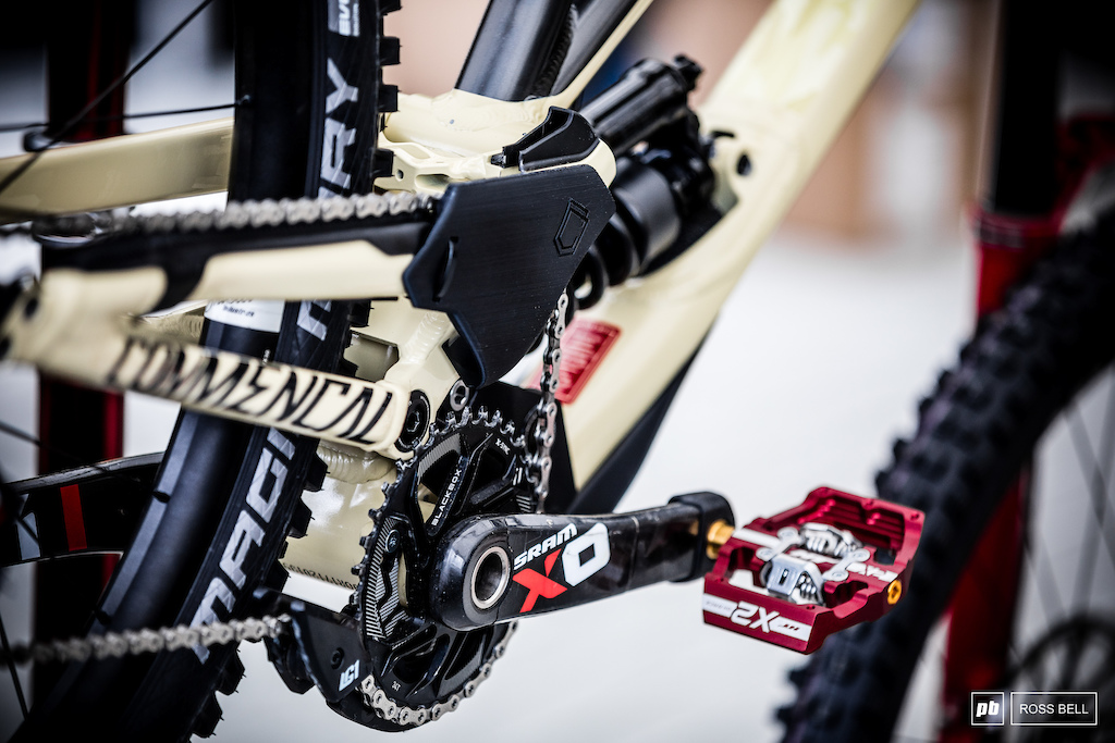 Looks like a new idler position being tested in the Commencal pits.