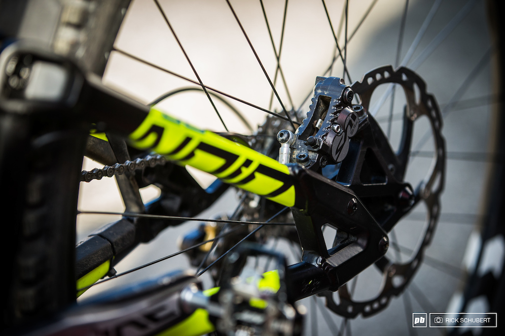 The Shimano Saint brakes are combined with sintered Kelly Bikes braking pads