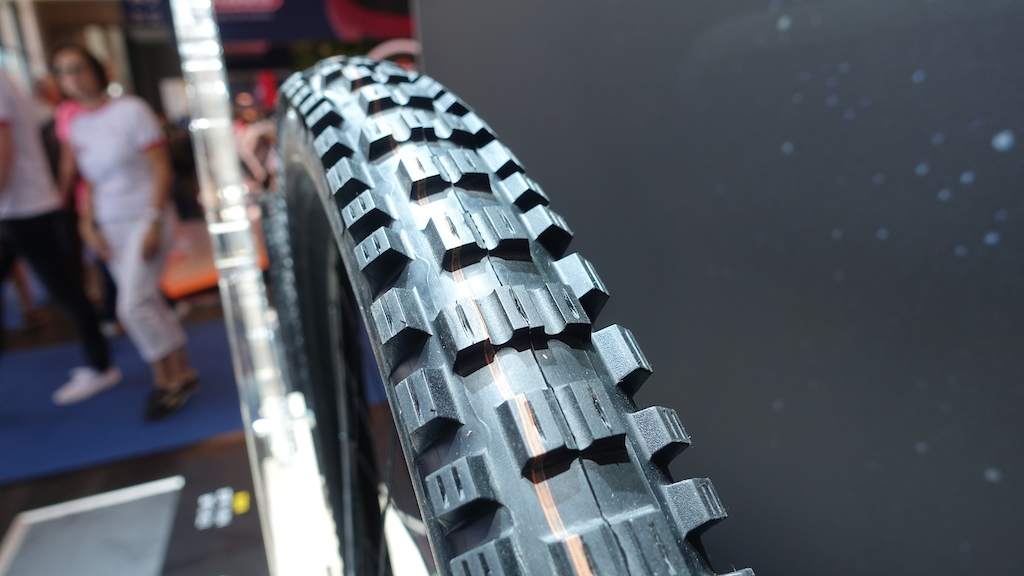 The knobs on the front tyre are direction-specific and run vertically along the tyre.