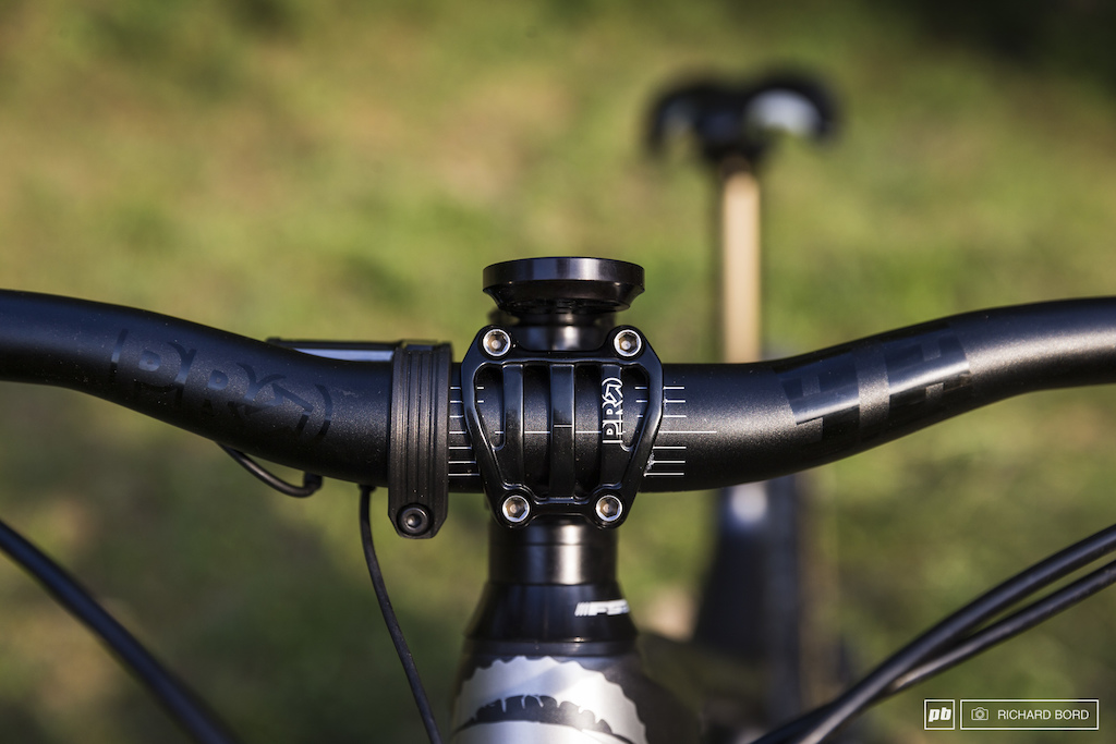 Nico rides with a 35mm lenght Pro Tharsis Trail stem and a Tharsis 9.8 Pro handle bar cut at 780mm.