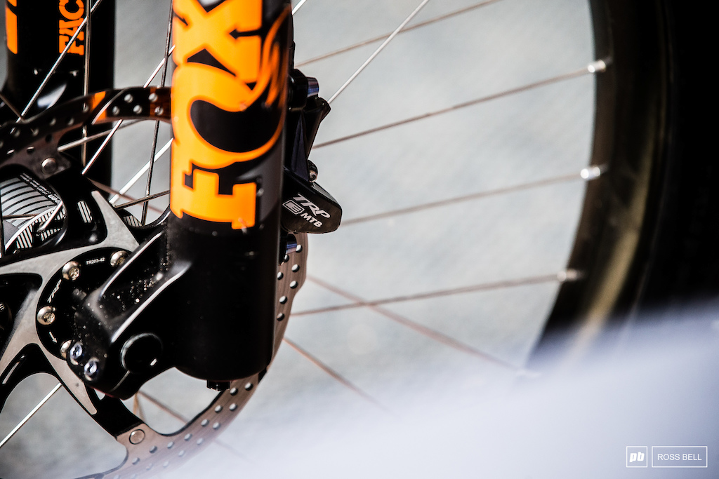 He looks to be running TRP s G-Spec E-MTB brakes or at least the calipers from them.