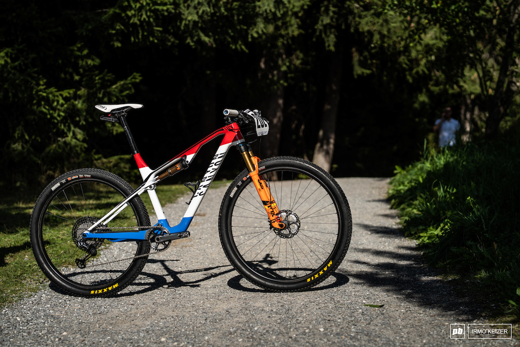 Mathieu van der Poel s Canyon Lux. The Lux weighs under 2000 grams for the frame including the damper. Van der Poel opted for a 36T chainring with Shimano s new XTR 10-51 cassette as well as Scylence hubs.