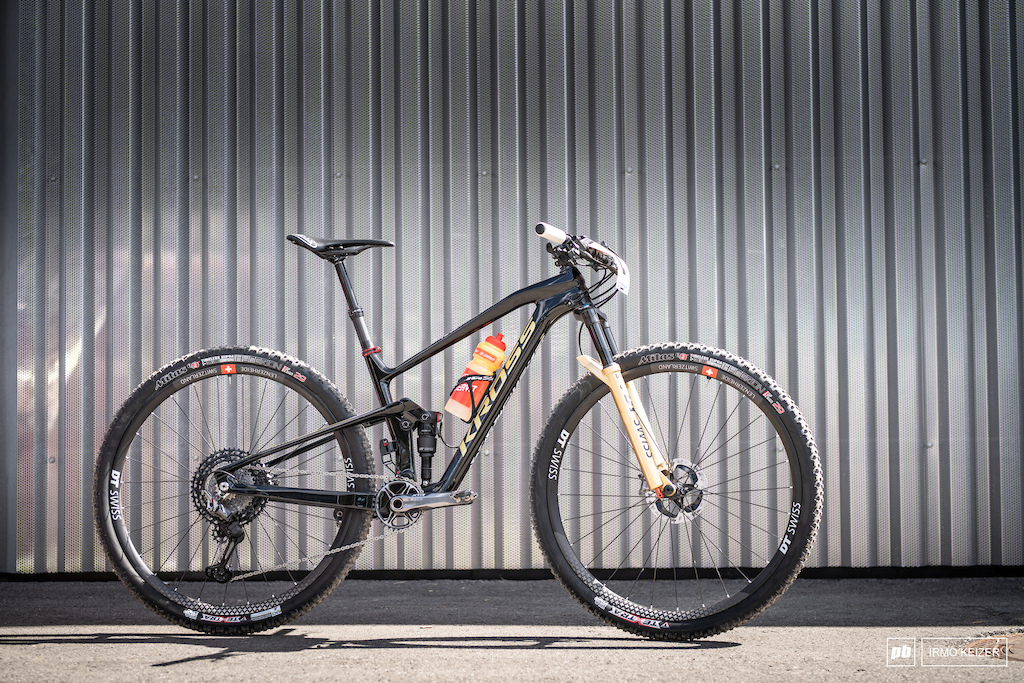 Maja s Kross Earth has received a special World Champs paintjob. She runs a full DT Swiss suspension setup and chooses to run the carbon Lev dropper. DT Swiss provided the special edition XRC 25 wheels running a 36T ratchet on the inside. The new XTR rotor shed 20 grams of her bike.