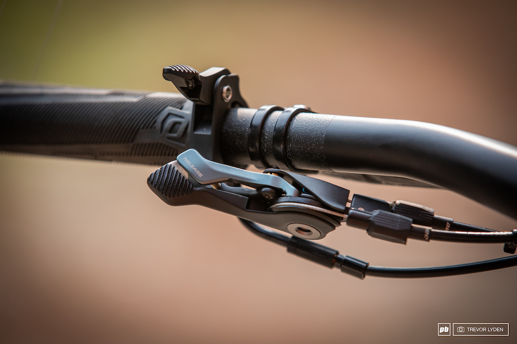 The TwinLoc lever sits beneath the bar and is connected to both the fork and shock. The dropper actuator is integrated with the grip s lock ring.
