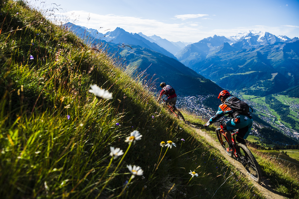 Stephen Matthews and Ludo May riding in Verbier Switzerland. Photo Mattias Fredriksson.