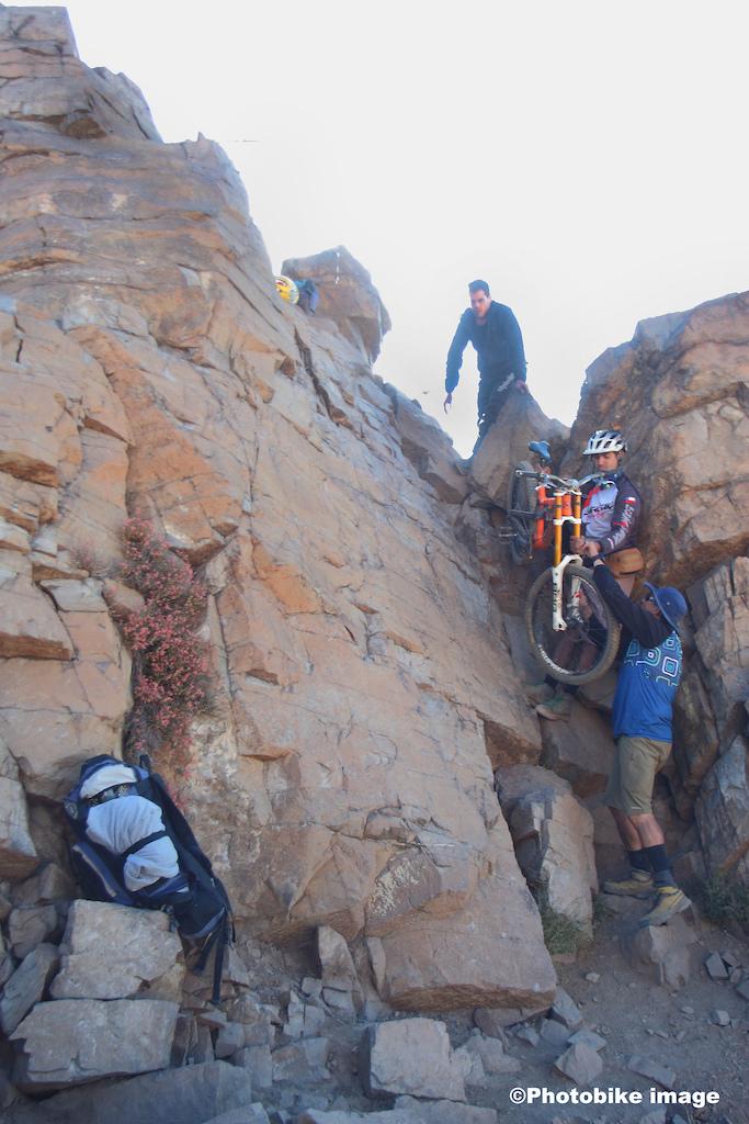 Trabajo en equipo para pasar las bicicletas llegando a la cumbre .