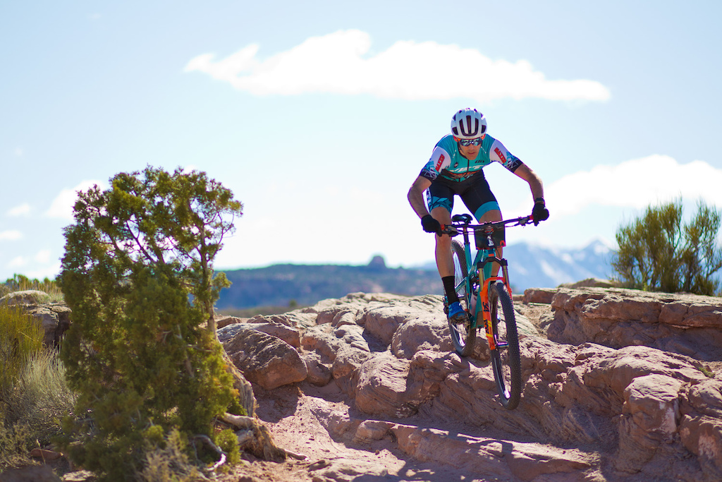 Geoff Kabush wins Stage 1 of Moab Rocks.