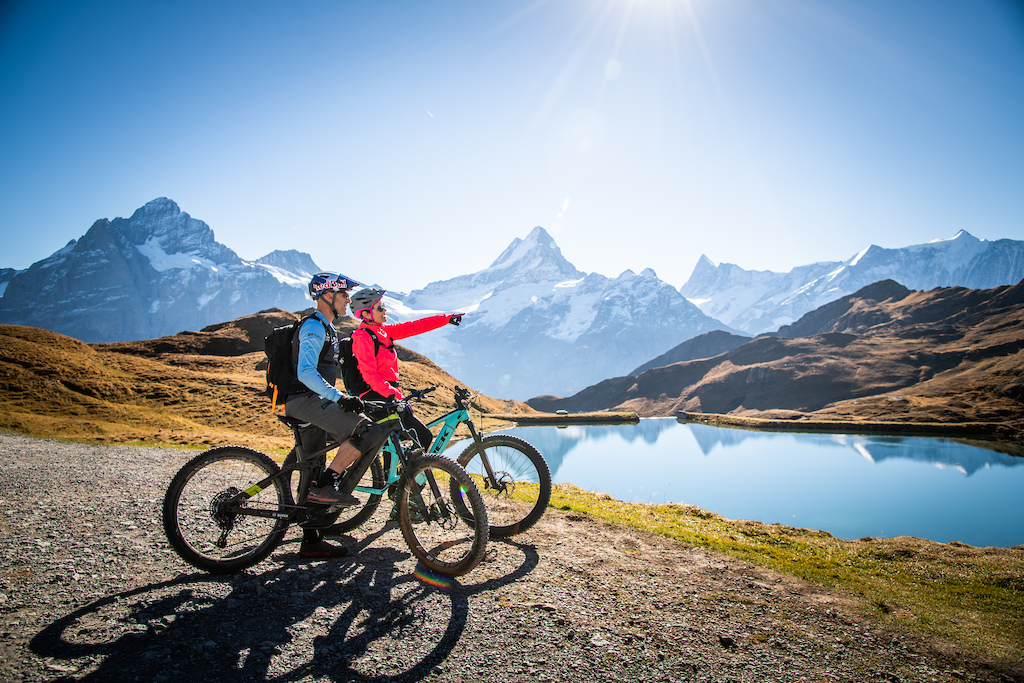 Mountainbike Pro Rene Wildhaber and Popsinger Francine Jordi at the beautiful little lake Bachalpsee above Grindelwald. Fotocredit Thomas Buchwalder