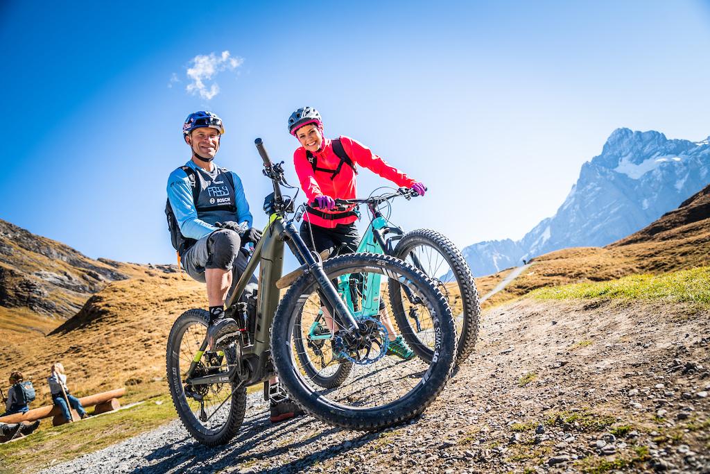 Mountainbike Pro Rene Wildhaber and Popsinger Francine Jordi in Grindelwald. Fotocredit Thomas Buchwalder