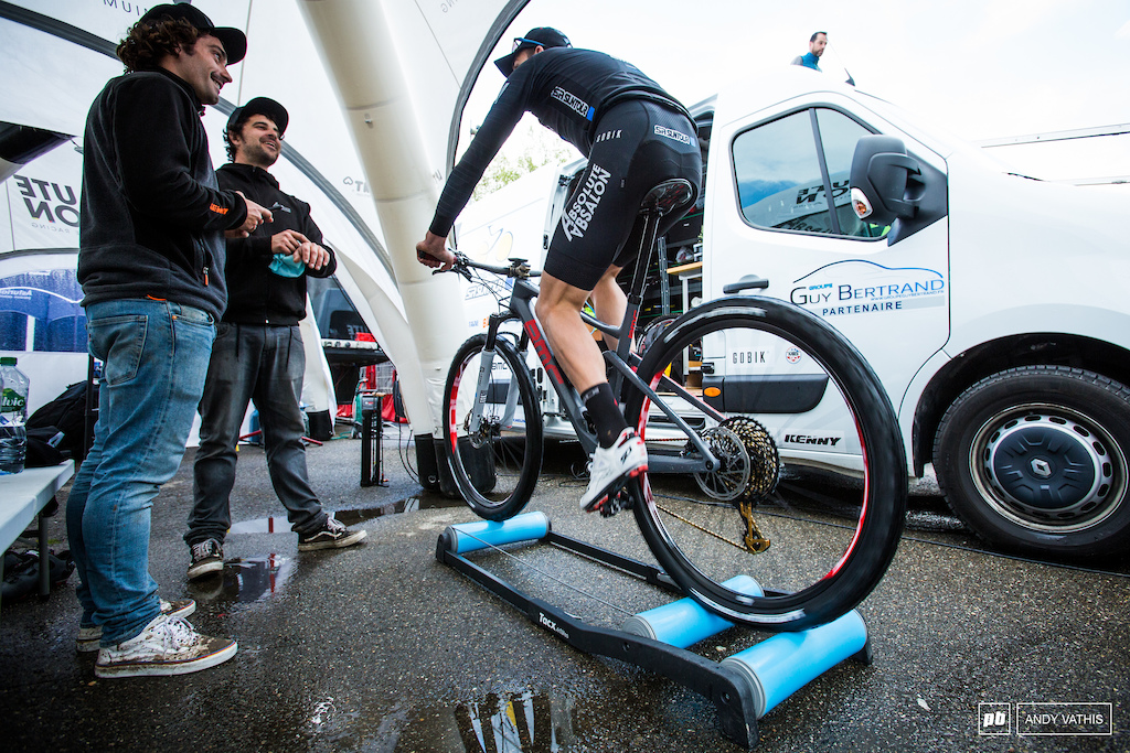Although it may look like a standard post Jordan Sarrau s BMC has a dropper that is fully stealth integrated in the frame. Third place finish for him.