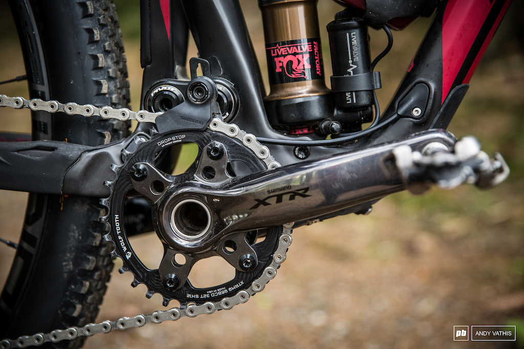 This is the previious edition XTR crank. The reason being is that 165mm crank arms aren t available yet. Also Wolftooth 32T ring.