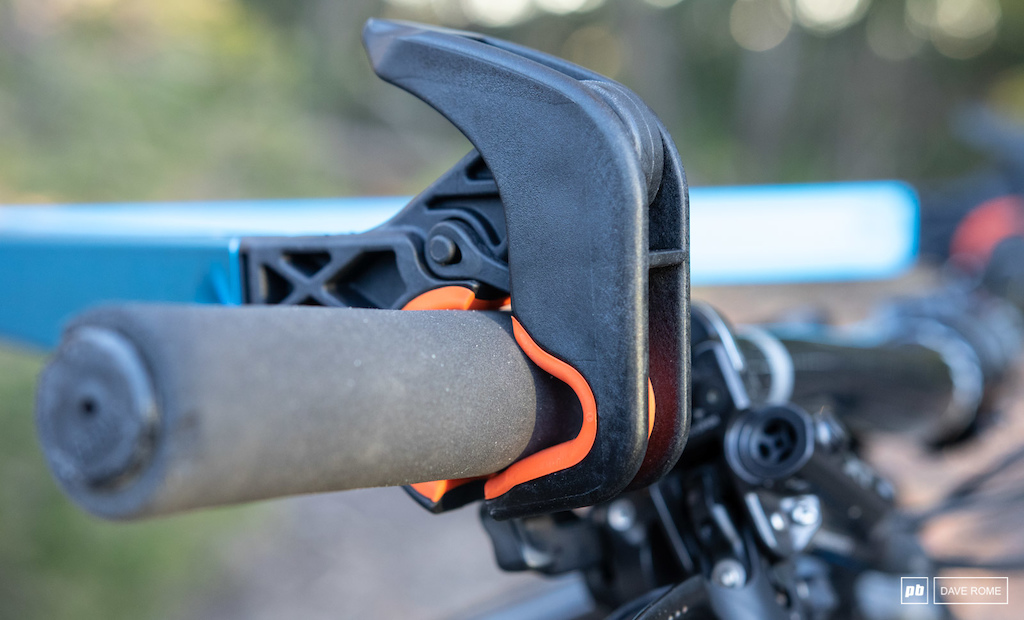 Once hooked onto the car crossbar the handlebar hooks are wedged closed.