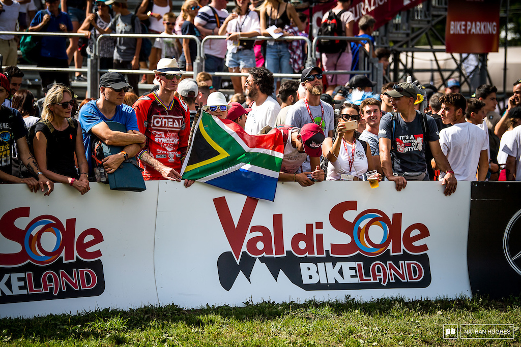 Minnaar awkwardly stands in the crowd and watches on with the fans as the remaining top qualifiers come down.