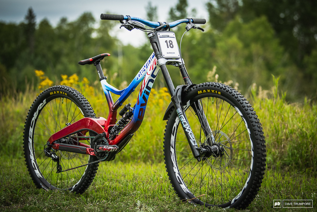 Dakotah Norton s custom Devinci Wilson - Stars and stripes HT pedals