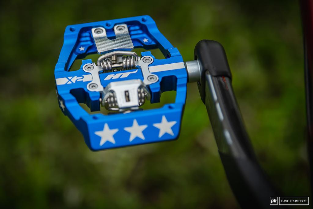 Dakotah Norton s custom Devinci Wilson - Stars and stripes HT pedals
