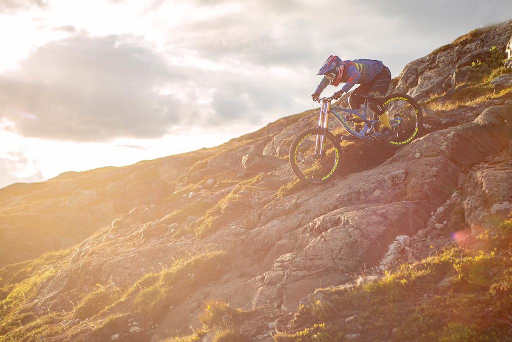 Natural Rockface Riding pivotcycles - foxfactory - schwalbe - ergonbike