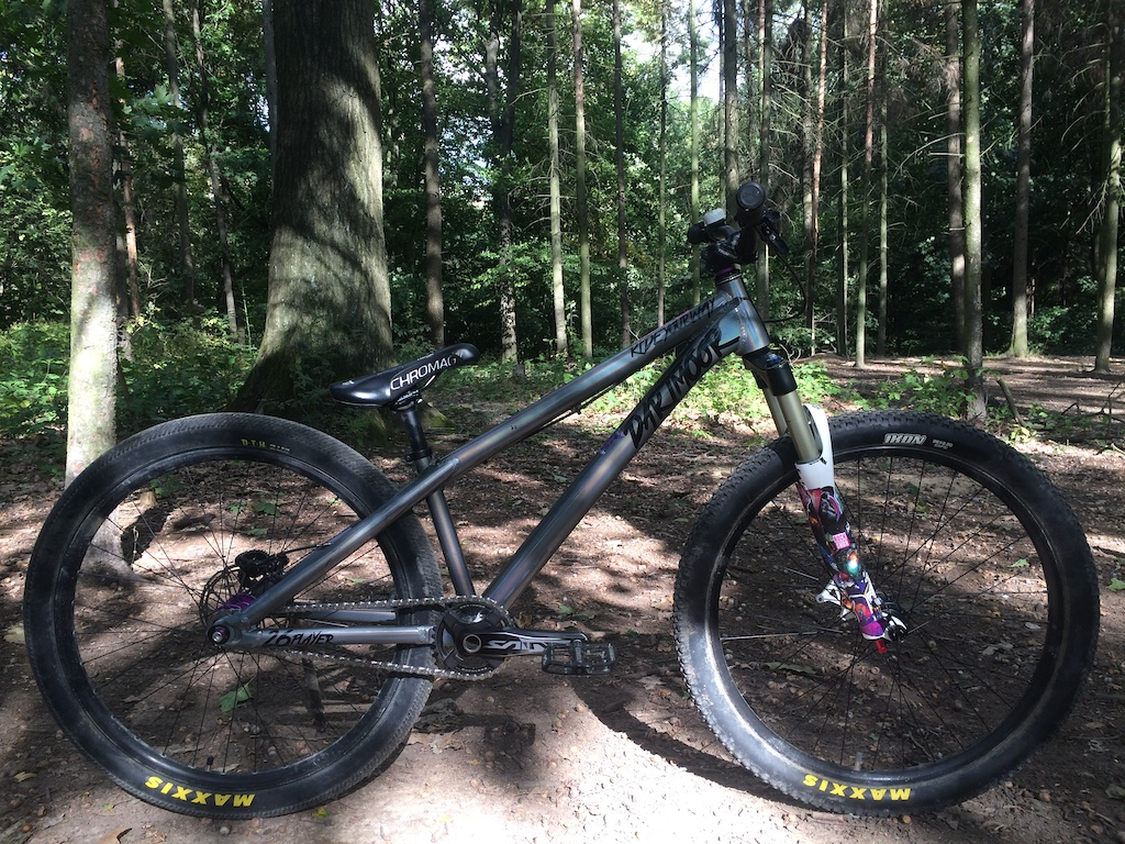 FrameDartmoorTwo6Player 2016size Long ForkRock ShoxArgyle RCT solo air100mm HeadsetCane CreekForty1 1/8 HandlebarOtherCommencal 30mm risercut down to 720mm StemTruvativHolzfeller 40mm GripsSensusDISISDABOSS BrakesShimanoDeore M6000Sram Centerline 160mm rotor / Ice Tech metallic pads Brake LeversShimanoDeore M6000 CranksShimanoSaint 165mm68/73 Chainrings / SprocketOtherDarmoor Totem32t Bottom BracketShimano68/73 ChainKMCsinglespeed chain Cassette / Rear CogOther13t cog singlespeed PedalsChromagContact Front RimOtherCommencal DJ front wheelset 26'' 23mm inner width - 30mm outer32 holes Rear RimOtherRemerx Bravedisc 26'' 23mm inner width - 30mm outer32 holes HubsHope TechnologyPro 4 Trial/SS rear hub 10x135stock Commencal DJ wheelset 20x110 hub SpokesDT SwissCompetition SpokesDT Swiss Brass Nipples Front TireMaxxisIkon 2.226'' folding Rear TireMaxxisDTH 2.1526'' folding SaddleChromagOverture Semenuk SeatpostOther27,2 Seatpost ClampOtherDartmoor Loop 31,8bolted  Weight : 11,30 KG