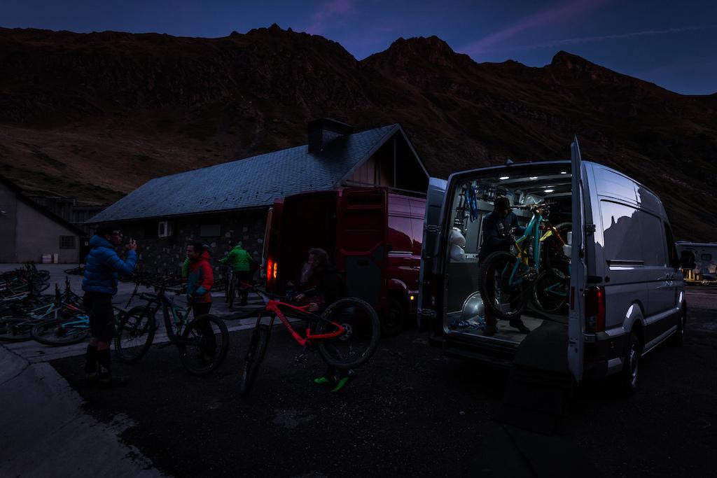 Late nights repairing bikes. Photo by Juanjo Otazu de indomitvisual