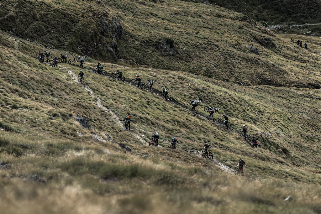 The procession of riders to the first stage. Photo by Juanjo Otazu de indomitvisual