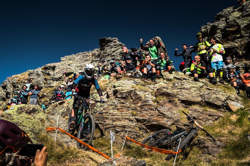 Plenty of encouragement for the riders. Photo by Juanjo Otazu de indomitvisual