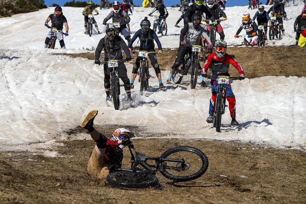 Rider falls on the epic McKayos snow start at Falls Creek