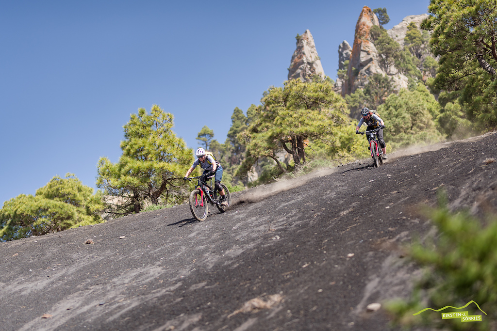 The lava fields of Llano de Jable are like a big playground for Mountainbikers. What a great fun surfing lava fields on your bike.