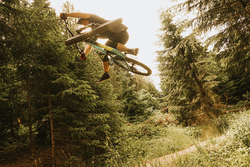 After building Timo s new Alpine Trail in the car park we went up the hill and found this tiny jump near the bottom of the blue run the only open trail as the Crankworx DH was happening too .