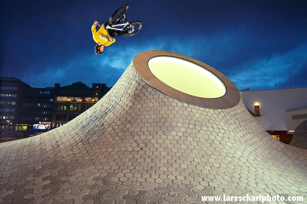 Antti with a flair into the Finnish late evening sky in front of the Amos Rex art museum in Helsinki's city centre. Such a cool spot!!! Printed in Freeride Magazin Germany.