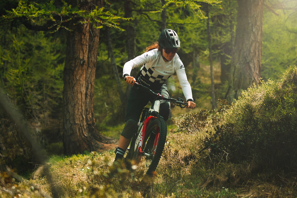 Find Morgane JONNIER from the PEUGEOT Enduro Team who rides the new bike of the french brand. The EM 01 FS