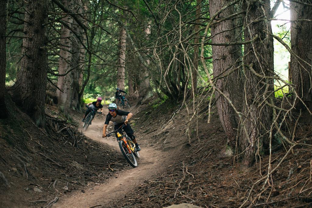 Enduro Allmountain Bike Mountainbike Trail Dunkler Wald Samantha Saskia Dugon
