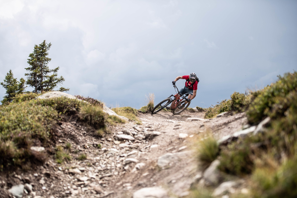 Keeping the pace high on both the uphill as well as the downhill Photographer Dominik Bosshard