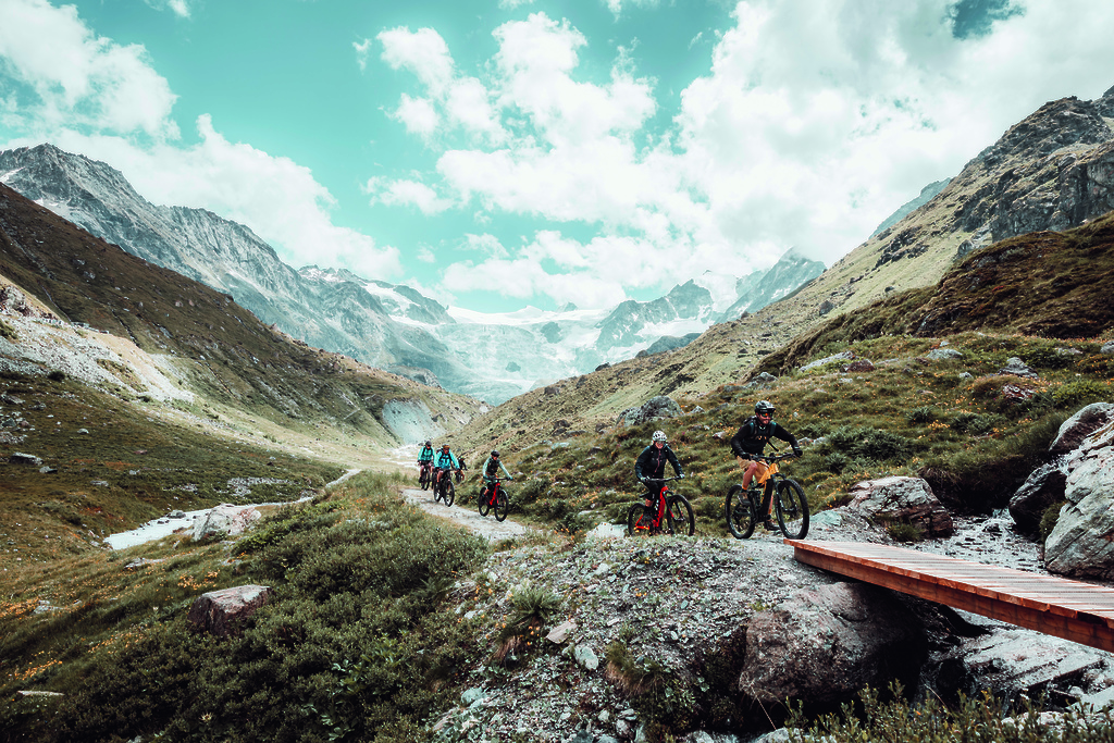 Trail next to Lac d Moiry