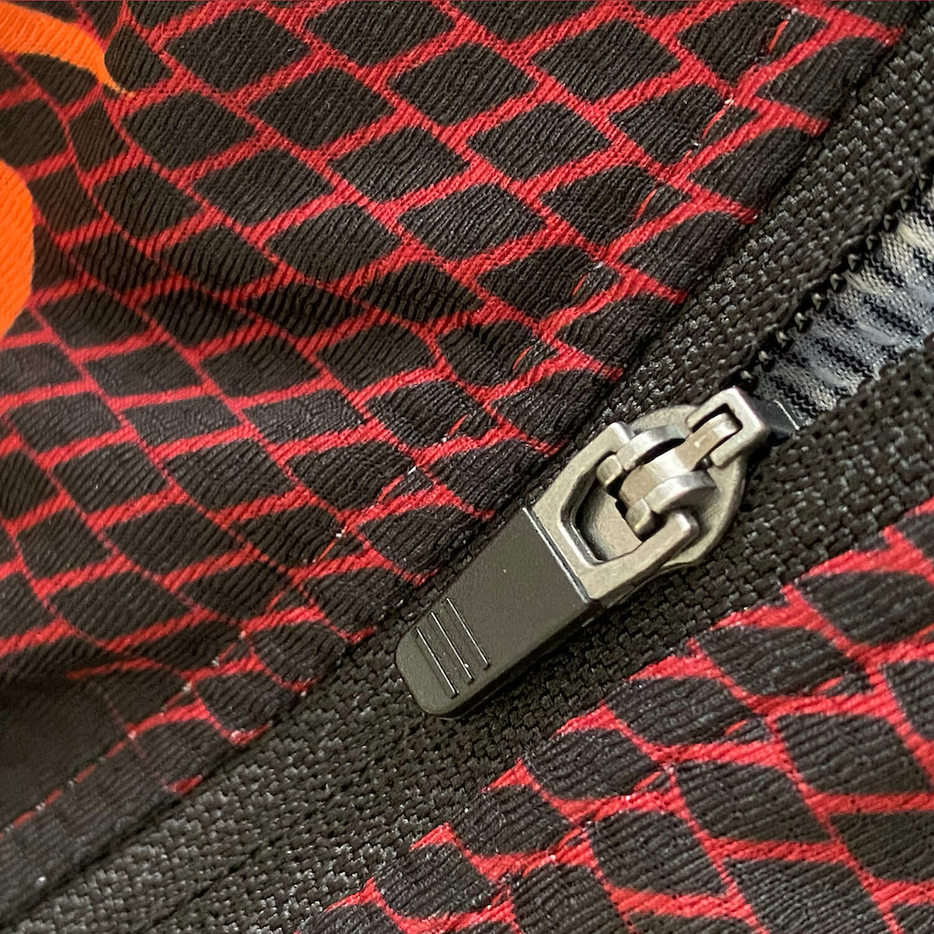 The all-new AERIAL JERSEY with a full length front zipper and 3 rear elasticated pockets taking the O NEAL MTB collection more towards the gravel and trail rider recognising that a more aero fit and off-bike storage options are increasingly important without needing to look like a full-on roadie.