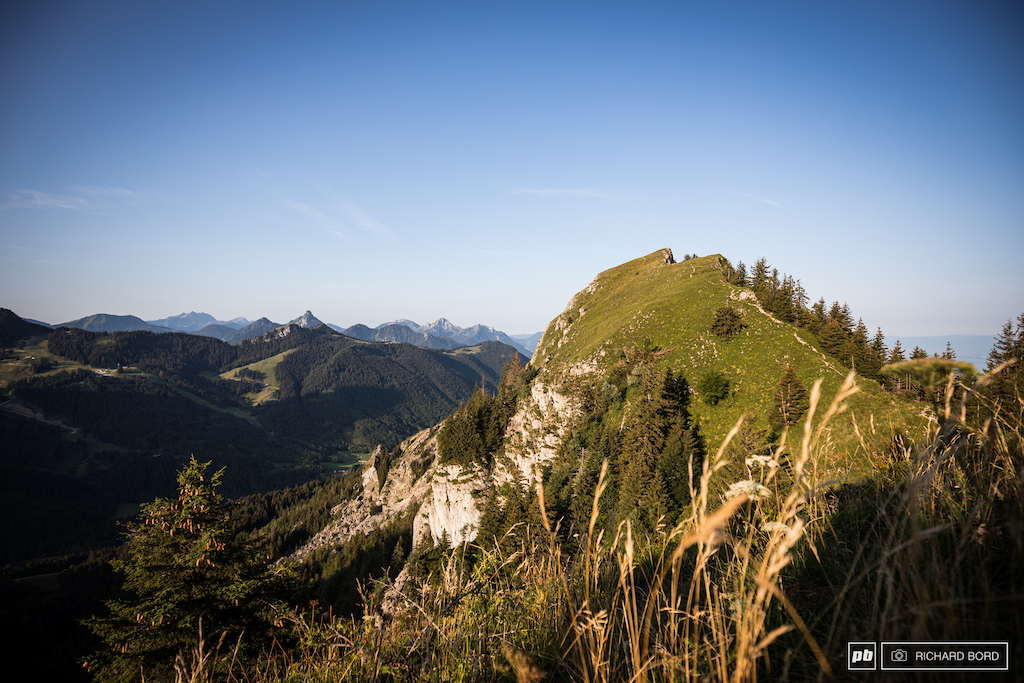 These mountains above Evian and close to the Leman Lake and the Switzerland border are a real beauty. A part of the landscape from the top of stage 1.